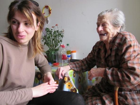 Teta Dobrila s praunukom gleda 'bižiunučad'