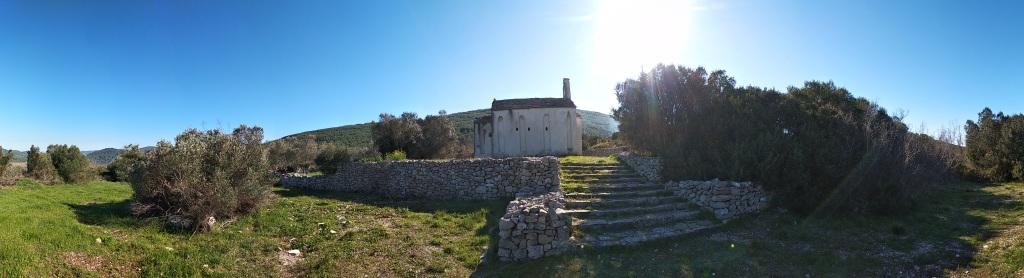 Glavni prilaz crkvi sv. Kuzme i Damjana.